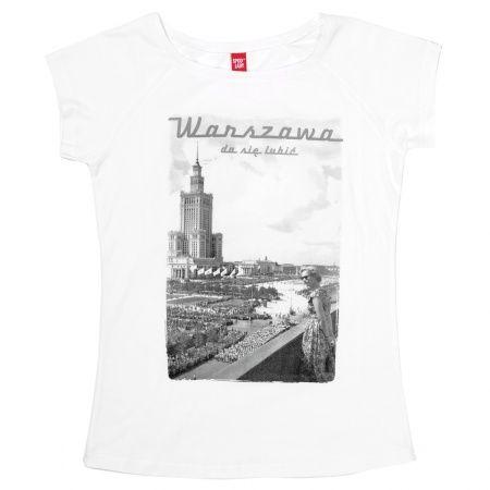 """""""Warszawa da się lubić"""", szczególnie w opcji retro. Teraz możesz przenieść styl i elegancję tamtych lat na ulicę dzisiejszej, nowoczesnej stolicy. A to wszystko dzięki naszej eleganckiej koszulce."""