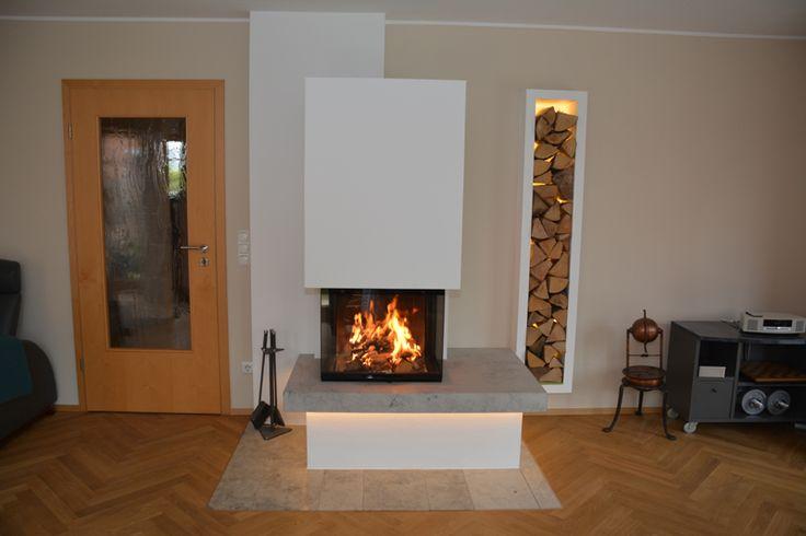 Heizkamin 3-seiter mit zurück gesetztem Sockel. Die gemauerte Holzlege mit indirekter Beleuchtung wurde der Endhöhe des Ofens angepasst und rundet das Objekt harmonisch ab. #ModernKamin #OfenModern #Fireplace www.ofenkunst.de