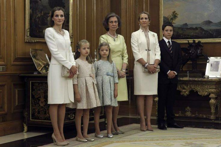 Doña Letizia y sus hijas, la Princesa de Asturias Leonor y la infanta Sofía, la Reina Sofía y la Infanta Elena junto a su hijo mayor, Felipe Juan Froilán. (Foto El País)