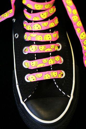 Hilpeät kengännauhat,  ei tarvitse just nämä olla,  mutta värikkäät/erikoiset/hilpeät  tms.  :)