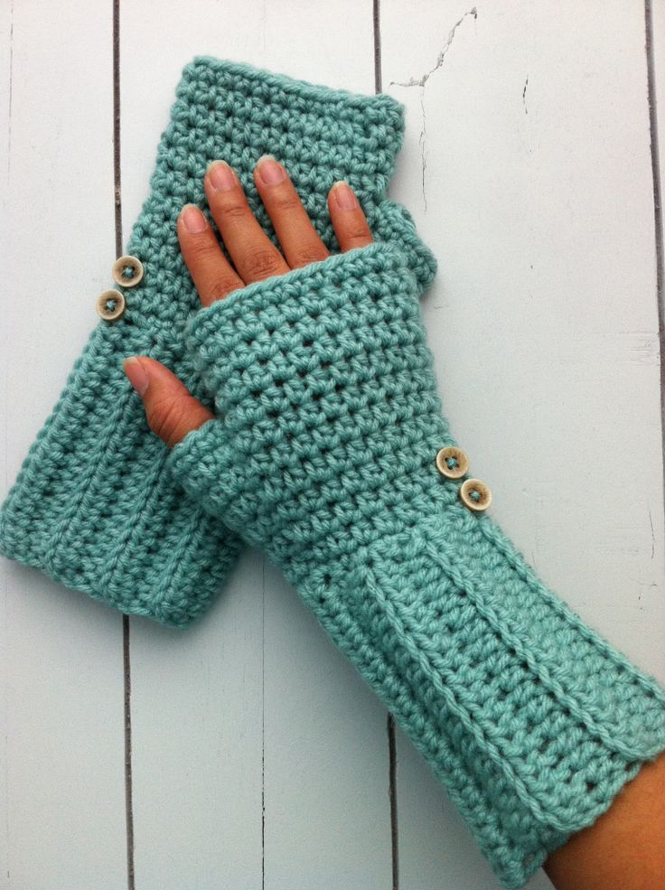 Crochet fingerless gloves - no pattern, but looks very easy (double crochet ribbing on wrist, single crochet on hand)