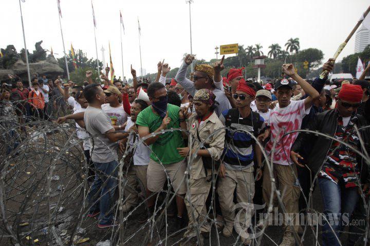 Pendukung Prabowo Berusaha Terobos Kawat Berduri, Foto 11 - Tribun Images