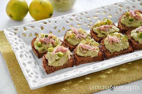 I crostini con crema di tonno e avocado sono uno stuzzicante antipasto veloce perfetto anche nei giorni di festa. Facilissimi da preparare, sono davvero buoni e profumati.