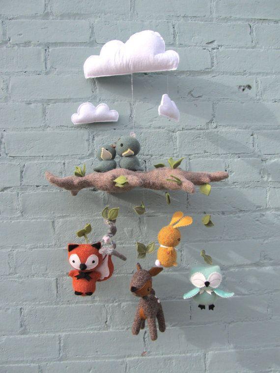 Special Edition spéciale - Mobile de bébé avec animaux de la forêt ; Chevreuil, renard, lapin, Hibou, oiseaux et serpent. Fait sur commande. Vous pouvez avoir ce mobile dans nimporte quelle combinaison de couleur que vous souhaitez. Vous recevrez des photos de tissus à choisir. Sil vous plaît autorisé 1 à 2 semaines pour la colmpletion.  Ce mobile fabriqués à la main est fait de feutre de laine colorée et se compose de trois nuages, branche et sept petits animaux. Toutes les pièces sont…