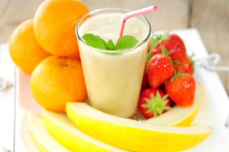 Haal het zonnetje in huis met deze heerlijk friszoete smoothie van karnemelk, meloen, aardbeien, sinaasappelsap en verse munt. Dit smoothie recept is makkelijk te maken, je hebt er alleen een blender en een citruspers voor nodig.