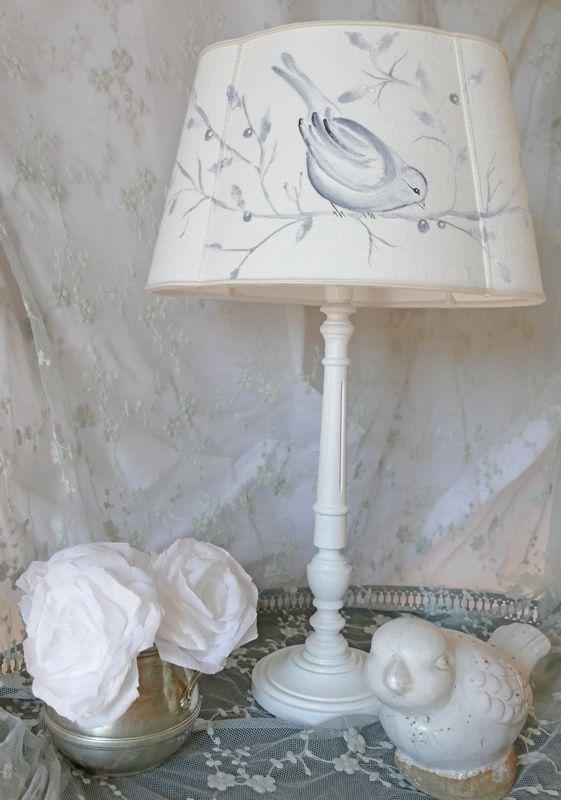 Abat-jour ovale trilobe shabby chic en lin ivoire peint à la main un motif oiseau. Abat-jour sur mesure. Oval lampshade with ivoiry linen and painting bird . www.perledelumieres.com