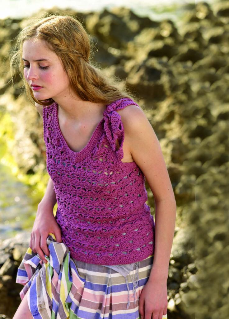 #brava_ΒΕΛΟΝΑΚΙ_3 Δώστε βάση στο φιογκάκι Η ημιδιάφανη δαντέλα με τα επαναλαμβανόμενα σχέδια που θυμίζουν κοχύλια μας προκαλεί να πλέξουμε ένα διάτρητο μπλουζάκι που συνδυάζεται τέλεια με τα αιθέρια στράπλες φορέματα του καλοκαιριού. Ξεχωριστή πινελιά το φιογκάκι που δημιουργείται από δύο κορδέλες πλεγμένες στις άκρες της αριστερής τιράντας δίνει ακόμα πιο παιχνιδιάρικο ύφος στο πλεκτό.