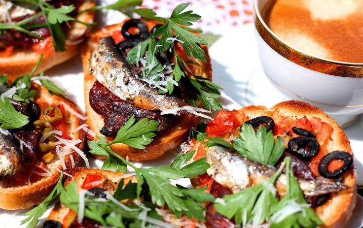 lavazza manchego grillowane pietruszka ser śniadanie kawa pieprz zioła chorizo pomidory oliwki salami sardynki