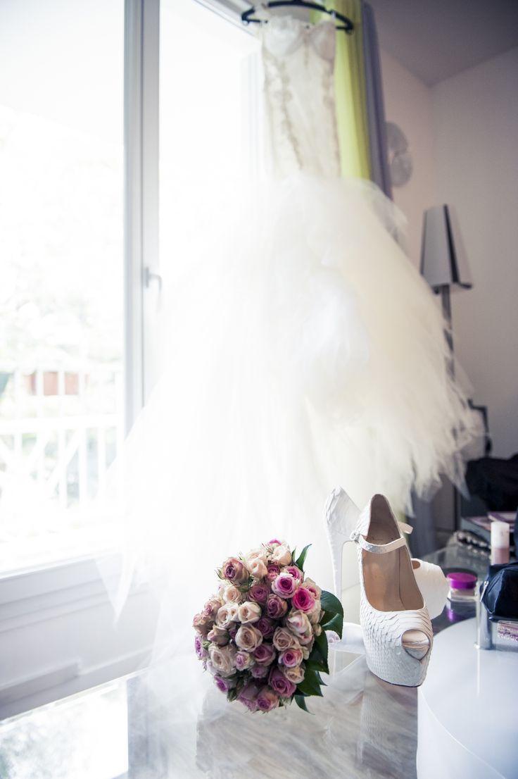 flower bouquet// bouquet de fleurs ; bride shoes// chaussures de mariée ; skiss ; wedding dress// robe de mariée   http://www.skiss.fr/