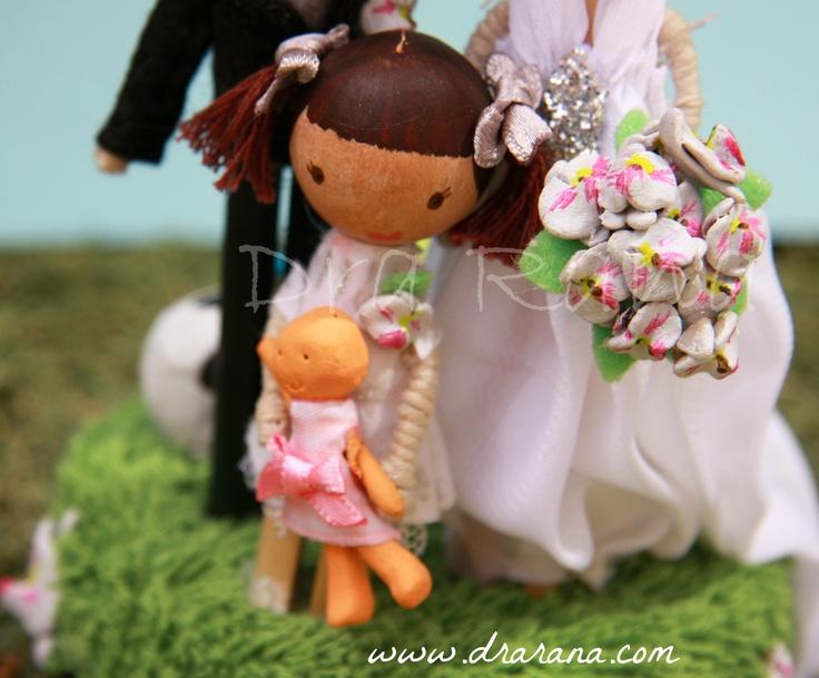 Daniela con sus coletas y su muñeca.