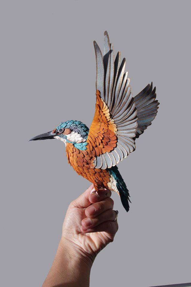 L'artiste d'origine colombienne Diana Beltran Herrera crée d'incroyables sculptures d'oiseaux en papier avec ses deux mains. Grâce à des accessoires, elle parvient à réaliser des oiseaux en plusieurs dimensions et à reproduire la beauté de l'envol de différentes espèces ailées.