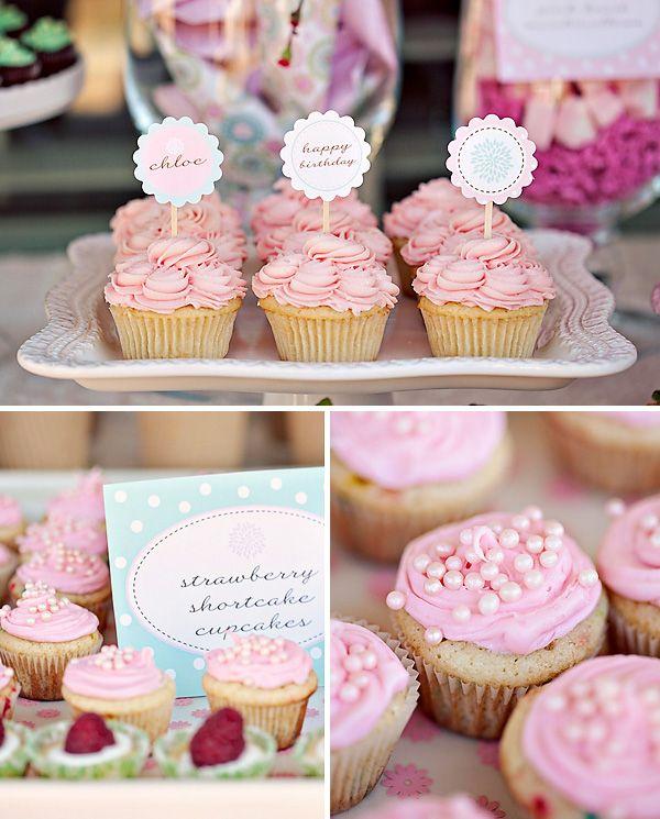 Que lindos esses cupcakes com pérolas em cima...