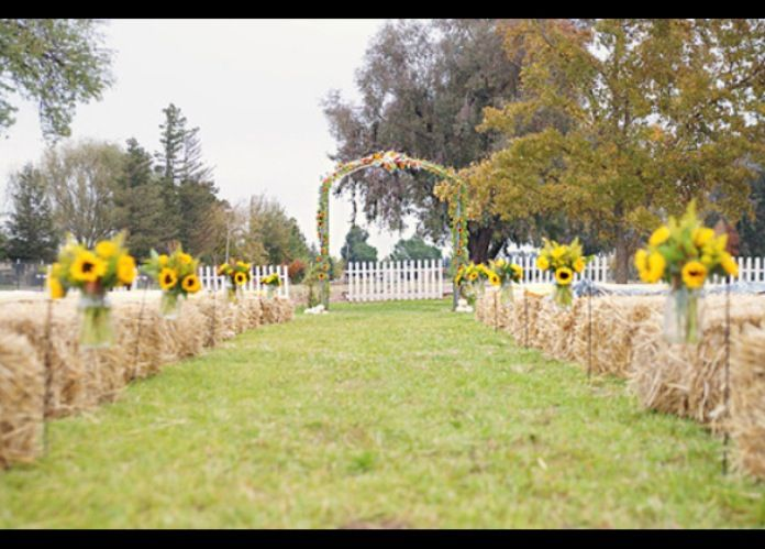 Sunflowers/hay bales/ceremony wedding | Inspiration Country/Barn ...