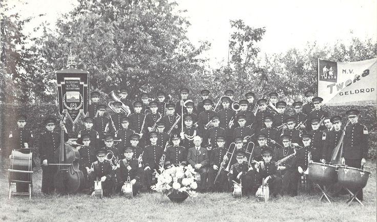 Tweka muziekcorps tijdens het 12,5 jarig bestaan van het muziekcorps in 1939. Foto uit 'Kent u ze nog... de Geldroppenaren' door C.H.A.M van Bokhoven.