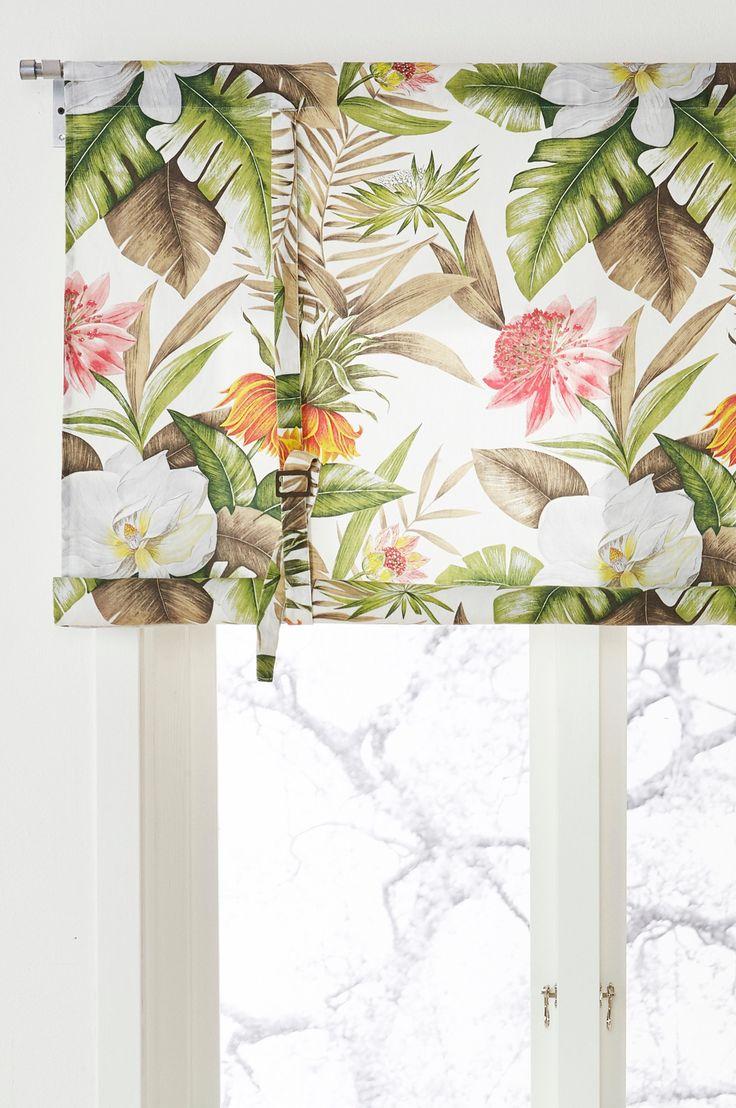 Innred hjemmet ditt med innbydende tropiske blomster og blader som fører tankene til sol og varme. Materiale: 100% bomull. Størrelse: Maks høyde 90 cm. Oppgi bredde ved bestilling. Beskrivelse: Roll up-gardin i halvpanama med trykt mønster. Henges på gardinstang. Høyden reguleres med knytebånd. Vedlikeholdsråd: Vask 40°. Krymper maks 5%. Tips & Råd: Tre en lett stang eller rundstav gjennom kanalen i gardinens underkant, da blir den lettere å rulle og nederkanten blir rett.