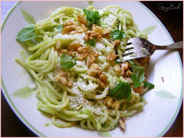 Spaghetti w kremowym sosie z awokado, z cebulką, parmezanem i orzechami włoskimi