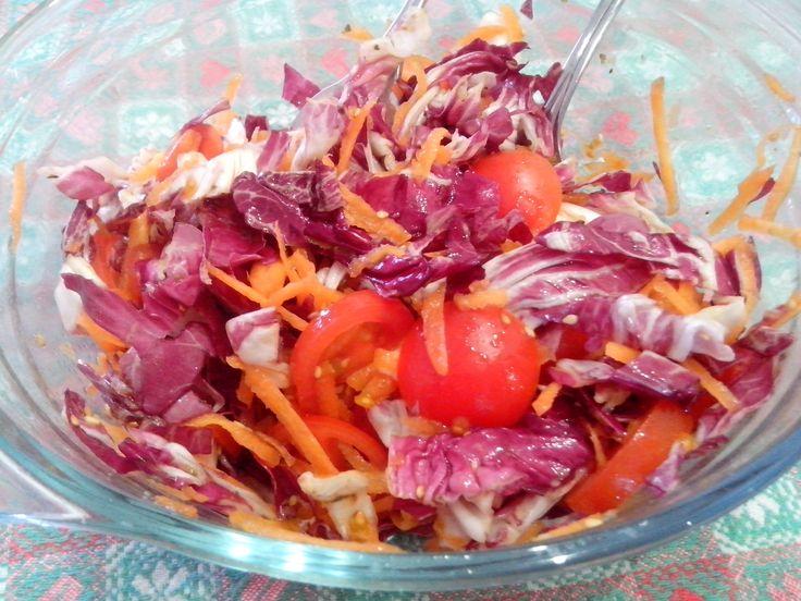 Insalata di radicchio carote pomodorini e semi di sesamo