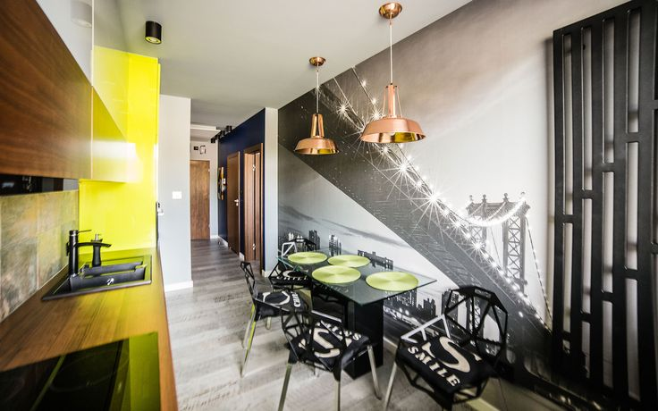 Ciekawy projekt wnętrza kuchni z limonkowymi meblami i mocnymi, czarnymi akcentami.