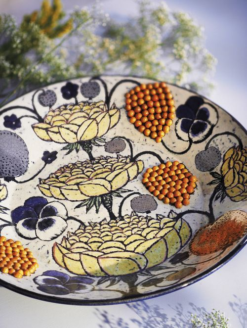 Stort fat i stengods av Birger Kaipiainen med dekor av glaserade pärlor, 1960-tal. Jacksons.