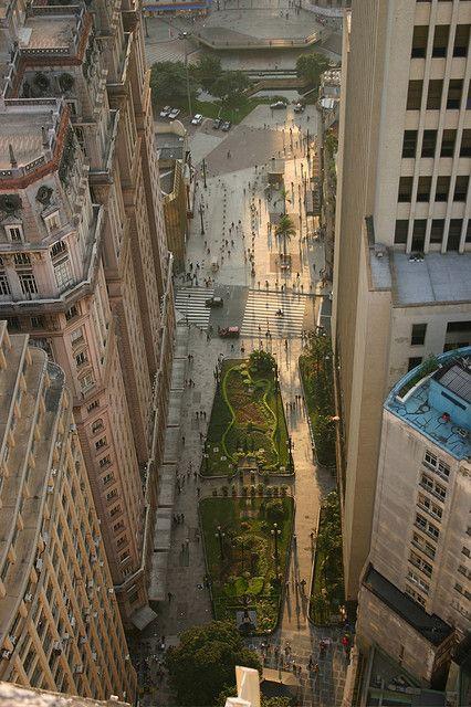 Início da avenida São João. À esquerda o edifício Martinelli. À direita o edifício do Banco do Brasil. Mais adiante o Vale do Anhangabaú.