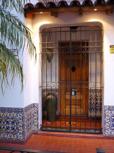 Acceso a una casa urbana de estilo Ibérico