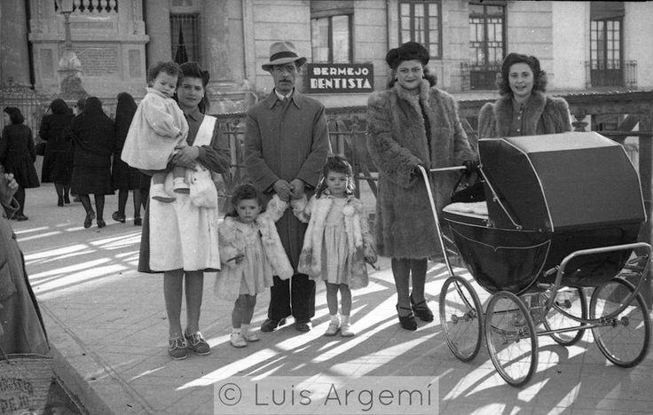 Puente de los Peligros, años 40. Murcia © Luis Argemí. Los Sres, paseando con la familia, incluida la chacha