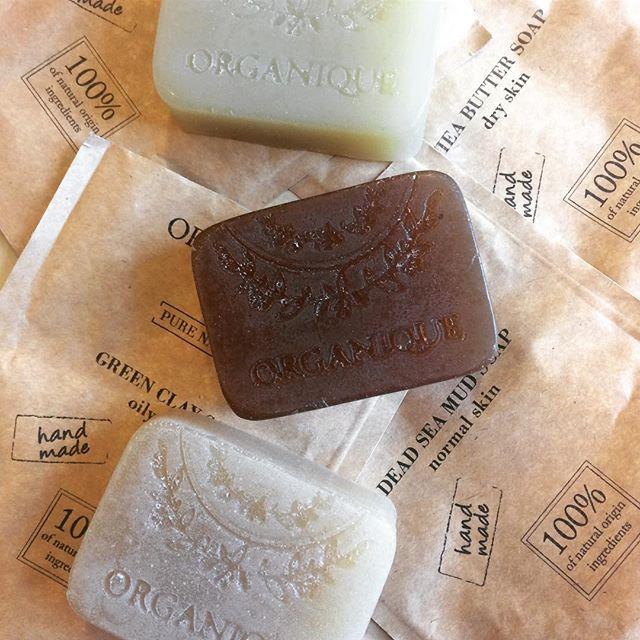 Słyszeliście już o naszej #NOWOŚCI? Poznajcie nasze nowe, naturalne mydła do pielęgnacji twarzy - z białą glinką, płatkami owsianymi, masłem Shea, błotem z Morza Martwego i zieloną glinką 💚Każde z nich zawiera również oleje naturalne i olejki eteryczne! 🌿🌿🌿Wybierz odpowiednie dla Twojej skóry (link w bio) 👌🏻 #nowość #naturalsoap #purenature #naturalne #mydla #whiteclay #greenclay #sheabutter #organique #kosmetykinaturalne #facecare #skincare
