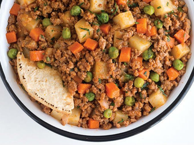 PreparaciónAgrega a una sartén un poco de aceite y fríe la cebolla. Añade las papas y zanahorias.Vacía la carne molida y mueve hasta que se empiece a dorar.Licúa el jitomate con el ajo, añade un poco de agua si es necesario.Agrega los chícharos y deja cocinar durante 10 minutos.