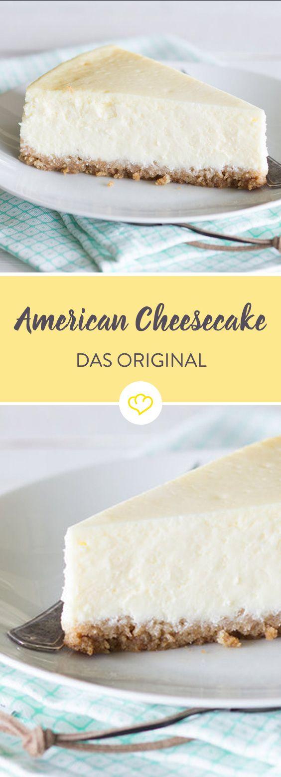 Was den American Cheesecake von dem Original Cheesecake aus New York unterscheidet? So einiges… In die Füllung kommt keine Sahne, sondern Crème fraîche. Und der Boden ist kein lockerer Biskuit-, sondern ein feuchter Keksboden. Ein bisschen kompakter und ein bisschen gehaltvoller. Eine Cheesecake-Bombe quasi. Ansonsten ist alles gleich. Boden vorbereiten, Füllung anrühren und im Wasserbad backen. Ganz wichtig: Über Nacht auskühlen lassen. Nur so schmeckt er, wie er soll.