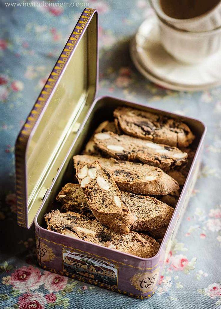 Receta fácil de galletas estilo cantuccini italianos o carquinyolis catalanes, con harina de castaña y pepitas de chocolate. Con fotografías paso a paso.