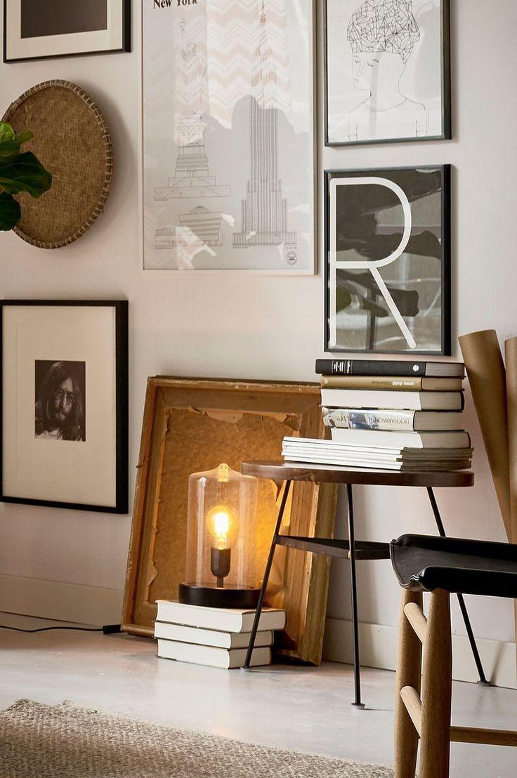 Inred vardagsrummet med ett nätt soffbord i retro stil. Mörk träskiva i röda toner som går bra ihop med stommen av metall. Lutade ben som gör att bordet får en mjukare form samt står stadigt. Material: Metall och trä. Storlek: Höjd 45 cm, ø 50 cm. Beskrivning: Runt soffbord med pulverlackad metallstomme och bordsskiva i mangoträ. Skötselråd: Torkas med fuktig trasa. Tips/råd: Matcha med TUNA sidobord för att få samma stil i fler möbler.