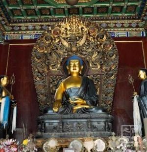 Templo del Lama 雍和宫 (Beijing)  El templo de Lama (palacio de la paz y la armonía) es uno de los monumentos budistas más importantes de Beijing. Fue construido en el año 1964 durante la dinastía Qing, durante algún tiempo sirvió de residencia de la realeza y en 1974 se convirtió oficialmente en centro nacional de administración Lama. Se considera uno de los monumentos representativos de la cultura tibetana más importante fuera de sus fronteras.