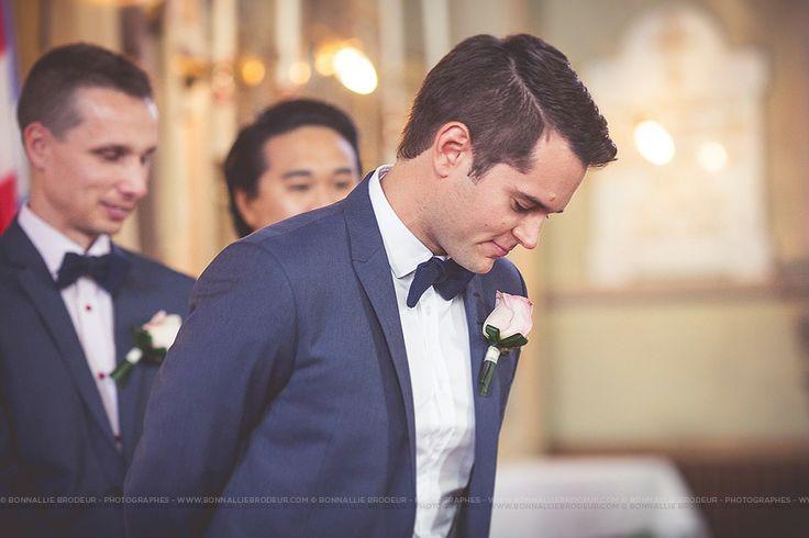 Le marié à l'église, church, Mariage bleu à l'auberge des Gallant Photographe de mariage haut de gamme / Fine Art Wedding photographer à  Montréal et International - Bon...