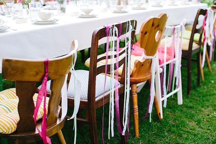 #gartenhochzeit #gardenwedding Stuhldekoration mit Bändern - Bunte Boho Gartenhochzeit mit viel Liebe von Theresa Povilonis | Hochzeitsblog - The Little Wedding Corner
