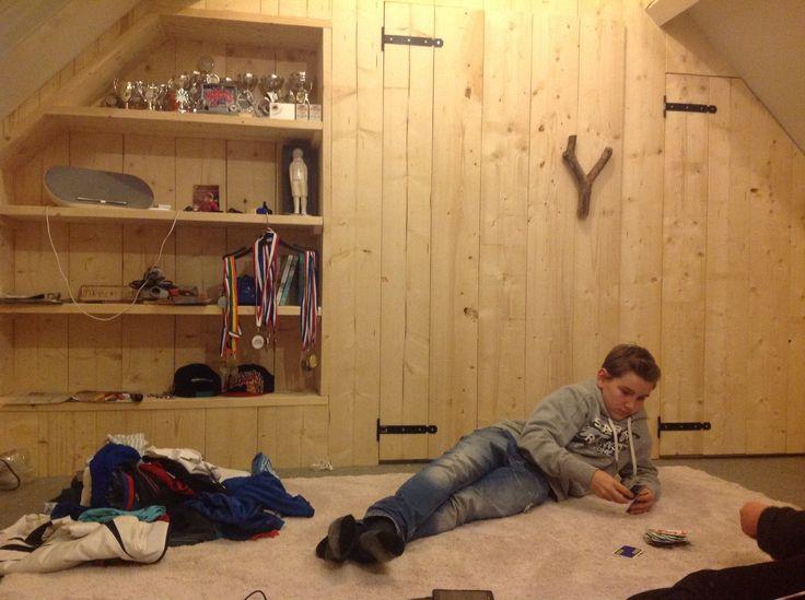 jongenskamer op zolder. Alle wanden en kasten zijn van steigerhout ...
