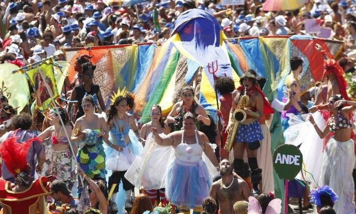 http://oglobo.globo.com/rio/carnaval/2016/orquestra-voadora-leva-premio-serpentina-de-ouro-do-globo-18688360#