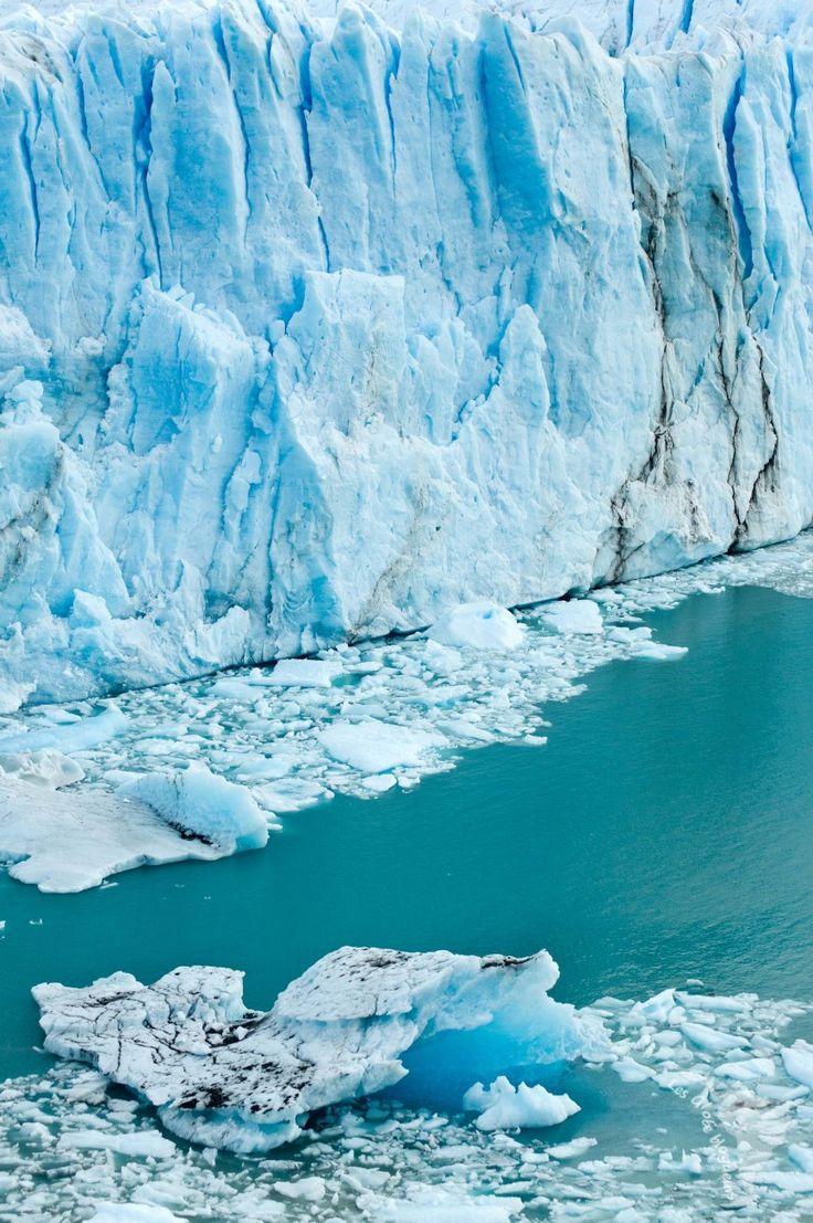 Le spectacle des blocs de glace qui se défont et éclabousse l'eau glacée du lac au Perito Moreno en Argentine