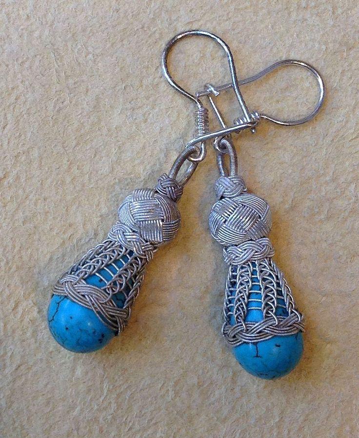 Ohrhänger mit Türkis in Tropfenfrom in Feindraht Silber Geflecht mit Perle. 999er Silber.  Der Türkis ist ein Symbol für Unendlichkeit. Der Stein verbindet das Grün der Meere mit dem Blau des Himmels. Er ist ein Glücksstein. 59,99€, i-must-have.it http://www.i-must-have.it/silberschmuck/ohrschmuck/ohrringe-mit-nat%C3%BCrlichen-steinen/
