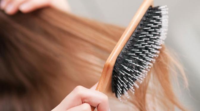 Menyisir rambut ternyata dapat membahayakan jiwa seseorang. Gadis ini akan meninggal jika dia menyisir rambutnya, padahal rambut biasanya menjadi mahkota bagi para wanita.