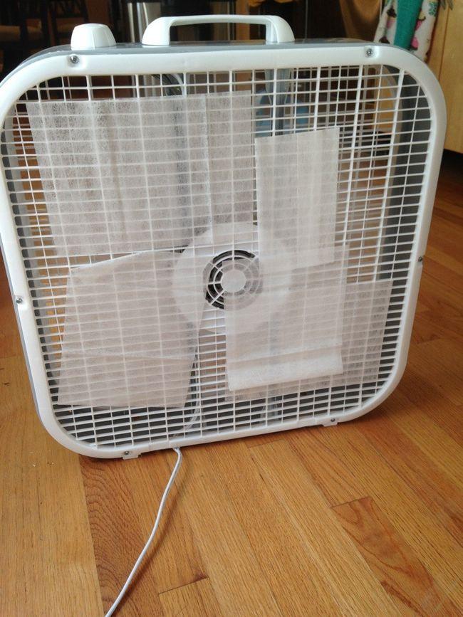 Feuilles de sèche-linge sur le dos d'un ventilateur de la boîte: assainisseur d'air instantanée.