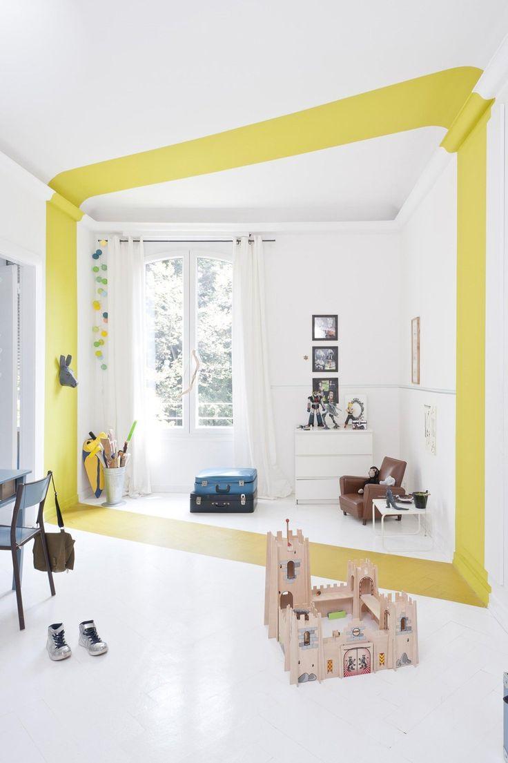 Design stanza ragazzo allegra e luminosa con una particolare striscia gialla che percorre in verticale tutta la stanza - idee cameretta bambini moderna e originale