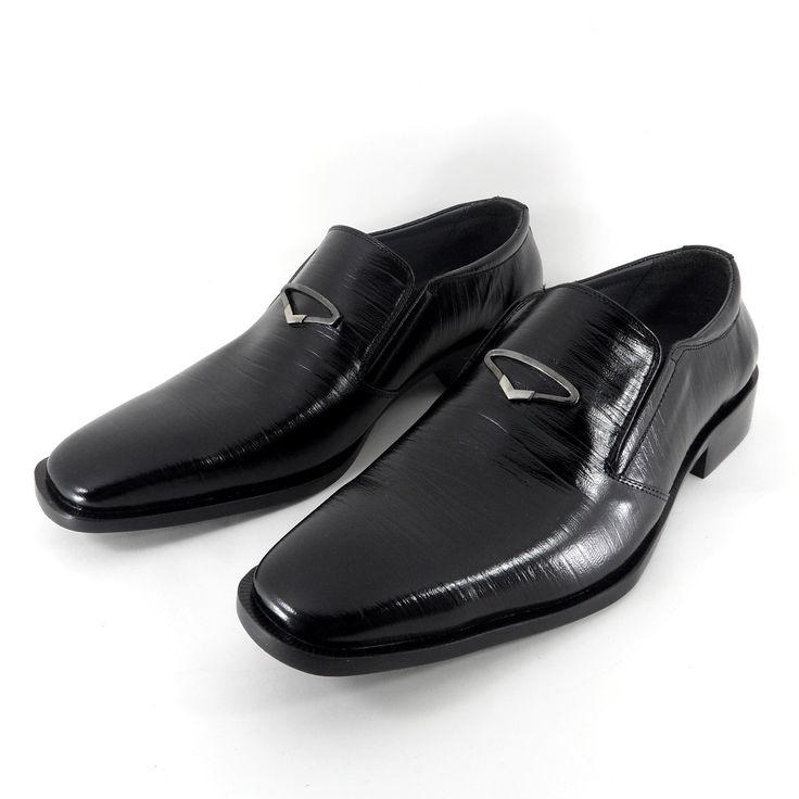 Sepatu formal ini terbuat dari kulit sapi yang dicetak sehingga tekstur kulitnya unik dan elegan. Ditambah aksesoris yang modern, sepatu ini cocok untuk acara formal.