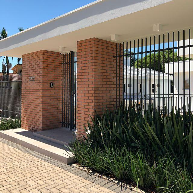 E o que falar do acesso desta casa? Utilizando a mesma linguagem arquitetônica do restante da residência, se transformou em um dos protagonistas do projeto ✨  #samanthapoetaarquitetura