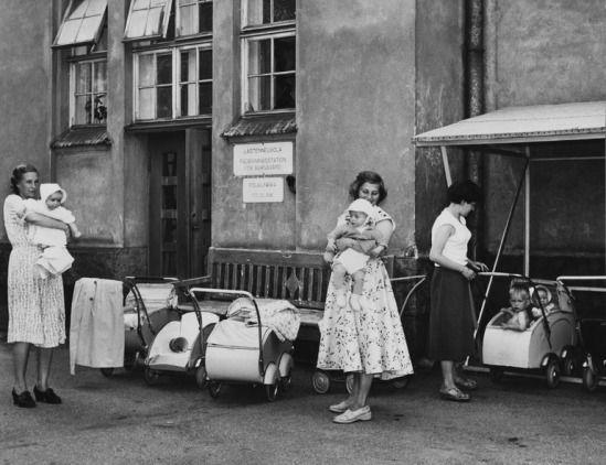 Kvinnor med sina barn utanför Aurora sjukhus rådgivning 1954. Helsingfors.
