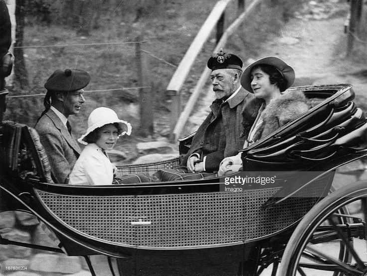 King Georg V. of England with his wife, Princess Elisabeth and the duke of York Edward on the way to the Crathie Church/Scotland. Photograph. August 26th 1935. (Photo by Imagno/Getty Images) König Georg V. von England mit EhefFrau und Prinzessin Elisabeth und dem Herzog von York Edward auf dem Weg zur Crathie Kirche in Schottland. Photographie. 26.8.1935.