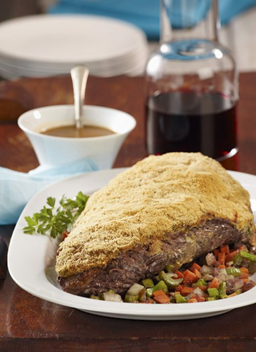 Un acompañamiento característico de la posta negra es una ensalada fresca con guisantes, berenjenas, espárragos o zanahoria. Por supuesto, no puede faltar un buen arroz blanco, de coco frito o al curry.