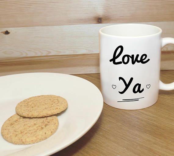 Love Quya mug. Cadeau pour la Saint Valentin, anniversaire, anniversaire etc. Conçu et imprimé dans mon home studio. Imprimé sur les deux côtés de la tasse, usage droitier idéal pour gauche et droite. Lave-vaisselle (panier supérieur) et micro-ondes. Taille: 10oz. Chaque tasse