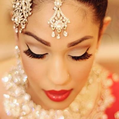 South Asian Bridal Makeup – Complements her outfit beautifully. #bridalmakeup #indianmakep #indainbride #southasianbride
