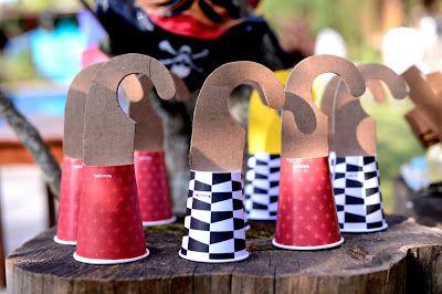 Garfios de cartón con vasos de cartón :) >Estéfi Machado: Festa de Pirata!