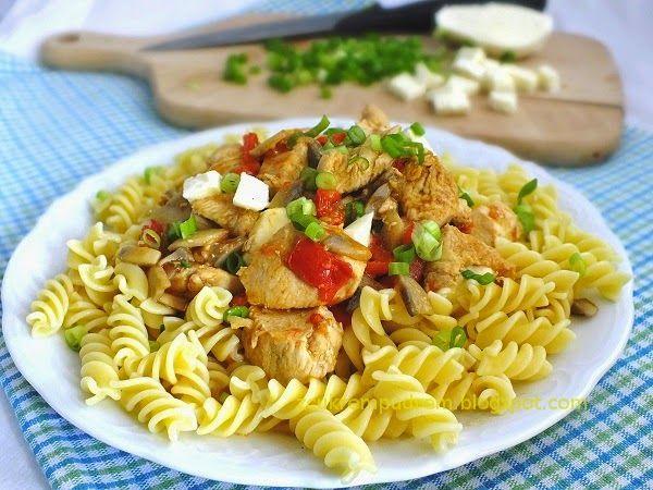 z cukrem pudrem: kurczak z pomidorami, pieczarkami i mozzarellą